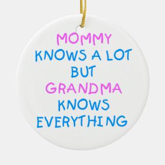 Ornement Rond En Céramique La grand-maman sait tout cadeau du jour de mère de