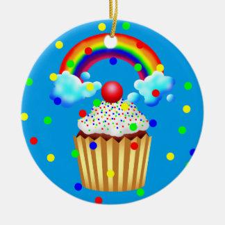 Ornement Rond En Céramique La partie de petit gâteau avec l'arc-en-ciel et