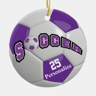 Ornement Rond En Céramique Le ballon de football pourpre | personnalisent