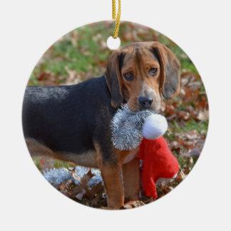 Ornement Rond En Céramique Le chiot drôle de beagle a pris le casquette de