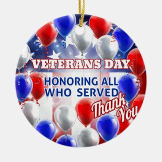 Ornement Rond En Céramique Le drapeau américain de jour de vétérans monte en