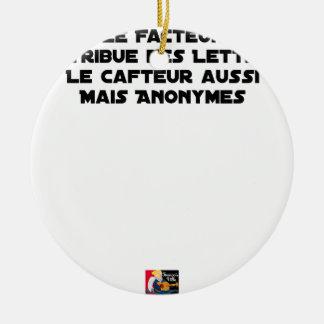 ORNEMENT ROND EN CÉRAMIQUE LE FACTEUR DISTRIBUE DES LETTRES, LE CAFTEUR AUSSI