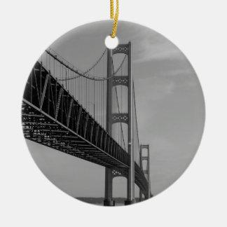 Ornement Rond En Céramique Le long de la gamme de gris de pont de Mackinac