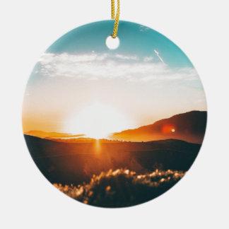 Ornement Rond En Céramique Lever de soleil au-dessus de la colline en nature