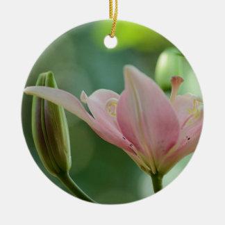 Ornement Rond En Céramique Lis-Bokeh rose par Shirley Taylor