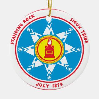 Ornement Rond En Céramique Logo debout de tribu de roche