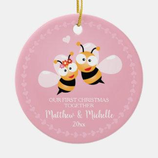 Ornement Rond En Céramique M. et Mme mignons Honey Bee First Christmas