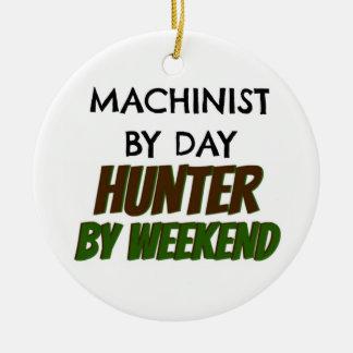 Ornement Rond En Céramique Machiniste par le chasseur de jour par week-end
