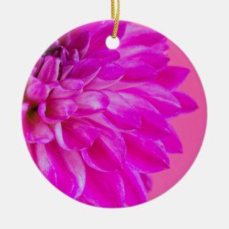 Ornement Rond En Céramique Macro image du dahlia de fleur sur le backgroun