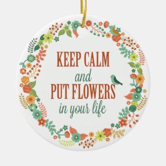Ornement Rond En Céramique Maintenez calme et mettez les fleurs en votre