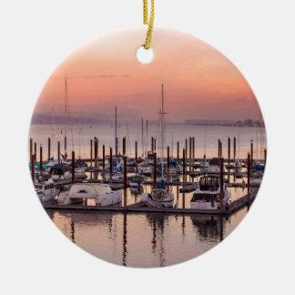 Ornement Rond En Céramique Marina le long du fleuve Columbia au coucher du