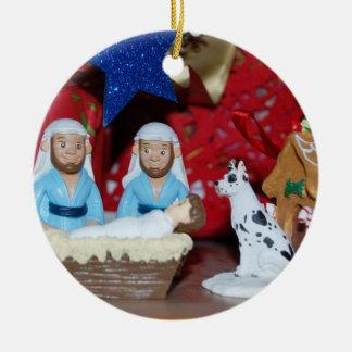 Ornement Rond En Céramique Nativité gaie : L'amour fait une famille sainte