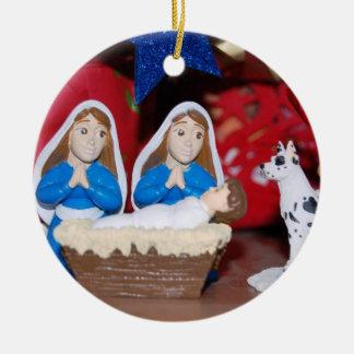 Ornement Rond En Céramique Nativité lesbienne : L'amour fait une famille