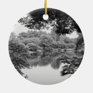 Ornement Rond En Céramique Nature et lac noirs et blancs, frais, uniques