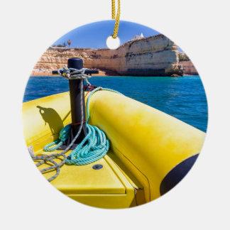 Ornement Rond En Céramique Navigation jaune de bateau vers des roches à
