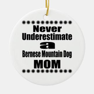 Ornement Rond En Céramique Ne sous-estimez jamais la maman de chien de