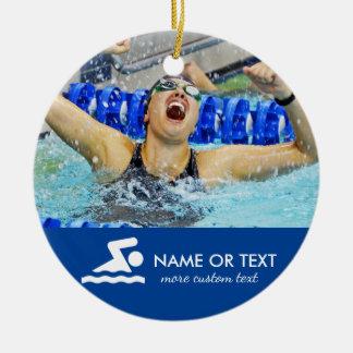 Ornement Rond En Céramique Noël de natation personnalisé de photo