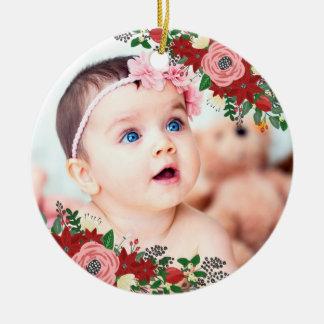 Ornement Rond En Céramique Noël du bébé de poinsettias et de roses | premier