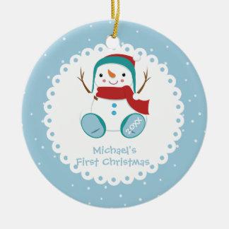 Ornement Rond En Céramique Noël du bébé personnalisé par garçon de bonhomme