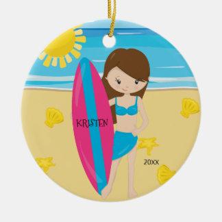 Ornement Rond En Céramique Noël personnalisé par fille mignonne de surfer de
