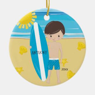 Ornement Rond En Céramique Noël personnalisé par garçon mignon de surfer de