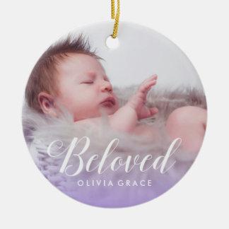 Ornement Rond En Céramique Nom de photo de bébé du pourpre | et stat aimés de