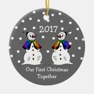 Ornement Rond En Céramique Notre premier Noël ensemble 2017 (GLBT Snowwomen)