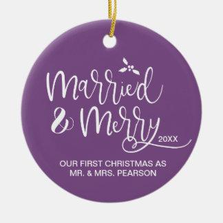 Ornement Rond En Céramique Notre premier Noël, marié et joyeux, pourpre