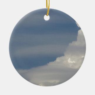 Ornement Rond En Céramique Nuages blancs mous sur le fond de ciel bleu