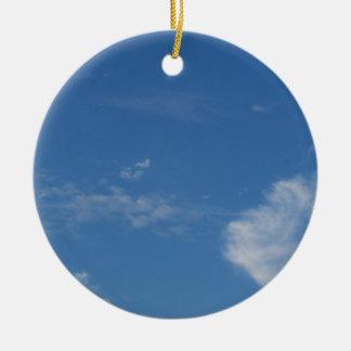 Ornement Rond En Céramique nuages bleu-foncé de blanc de ciel