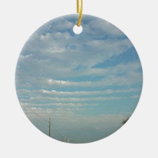 Ornement Rond En Céramique nuages d'ondulation de ciel bleu
