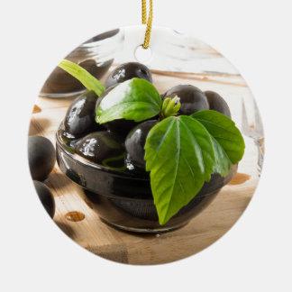 Ornement Rond En Céramique Olives noires sur une table et des tasses en verre