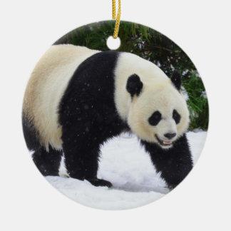 Ornement Rond En Céramique Pandas géants de Smithsonien | dans la neige