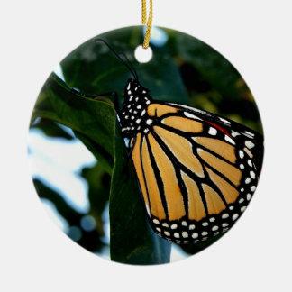 Ornement Rond En Céramique Papillon de monarque dans les lilas