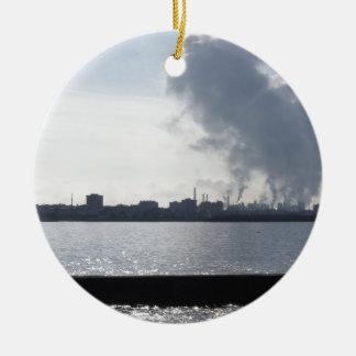 Ornement Rond En Céramique Paysage industriel le long de la côte polluant