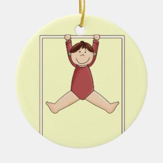 Ornement Rond En Céramique Petit gymnaste sur la haute barre
