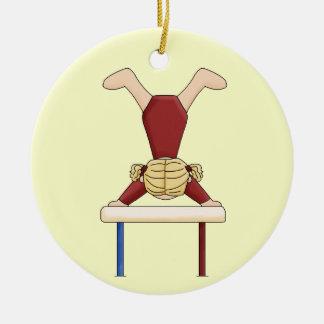 Ornement Rond En Céramique Petit gymnaste sur le faisceau d'équilibre