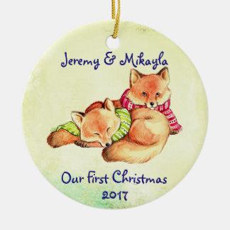 """Ornement Rond En Céramique Petits renards rouges mignons """"notre premier Noël"""