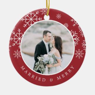 Ornement Rond En Céramique Photo | l'épousant mariée et joyeuse