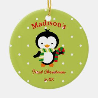 Ornement Rond En Céramique Pingouin mignon et pois de premier Noël du bébé