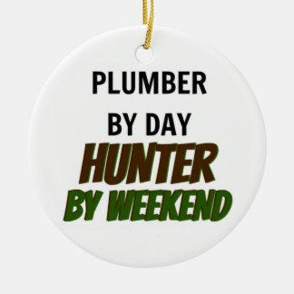 Ornement Rond En Céramique Plombier par le chasseur de jour par week-end