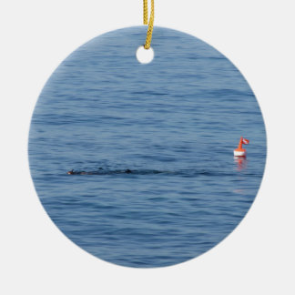 Ornement Rond En Céramique Plongeur de mer dans le bain de costume de