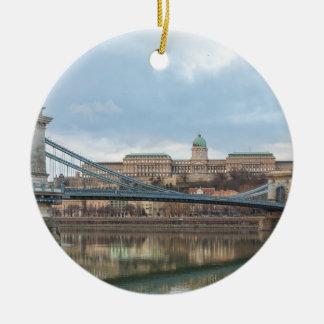 Ornement Rond En Céramique Pont à chaînes avec le château Hongrie Budapest de