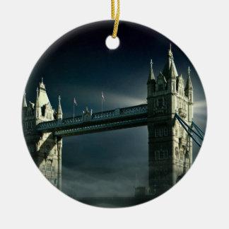 Ornement Rond En Céramique Pont Londres de tour en brouillard de nuit