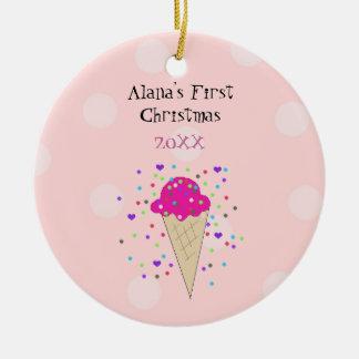 Ornement Rond En Céramique Premier Noël de bébé rose de cornet de crème