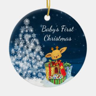 Ornement Rond En Céramique Premier Noël du bébé mignon personnalisé de renne