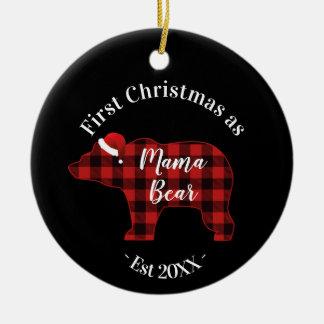 Ornement Rond En Céramique Premier Noël en tant que maman Bear Buffalo Plaid
