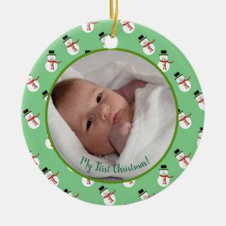 Ornement Rond En Céramique Première photo de bébé de Noël avec le bonhomme de