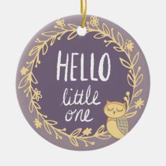 Ornement Rond En Céramique Première photo de Noël du bébé pourpre de hibou