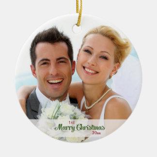 Ornement Rond En Céramique Premiers de Noël nouveaux mariés ensemble